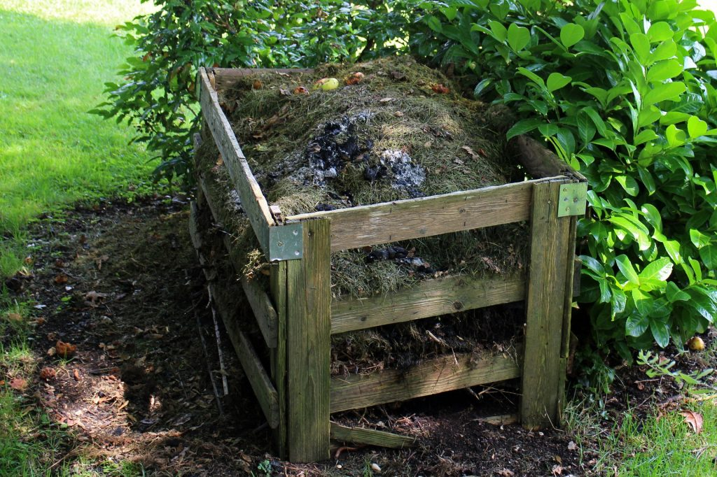 How to Save Money On Soil by Starting A Compost #Compost #GardeningHacks #FreeSoil #GreenGardening #Gardening