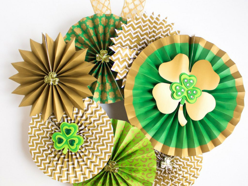 Coastal Decor DIY 8 St. Patrick's Day Decor Ideas - St Patrick's Day Paper Fan Wreath #DIY #DecorDIY #StPatsDay #StPatricksDay #CoastalDecor