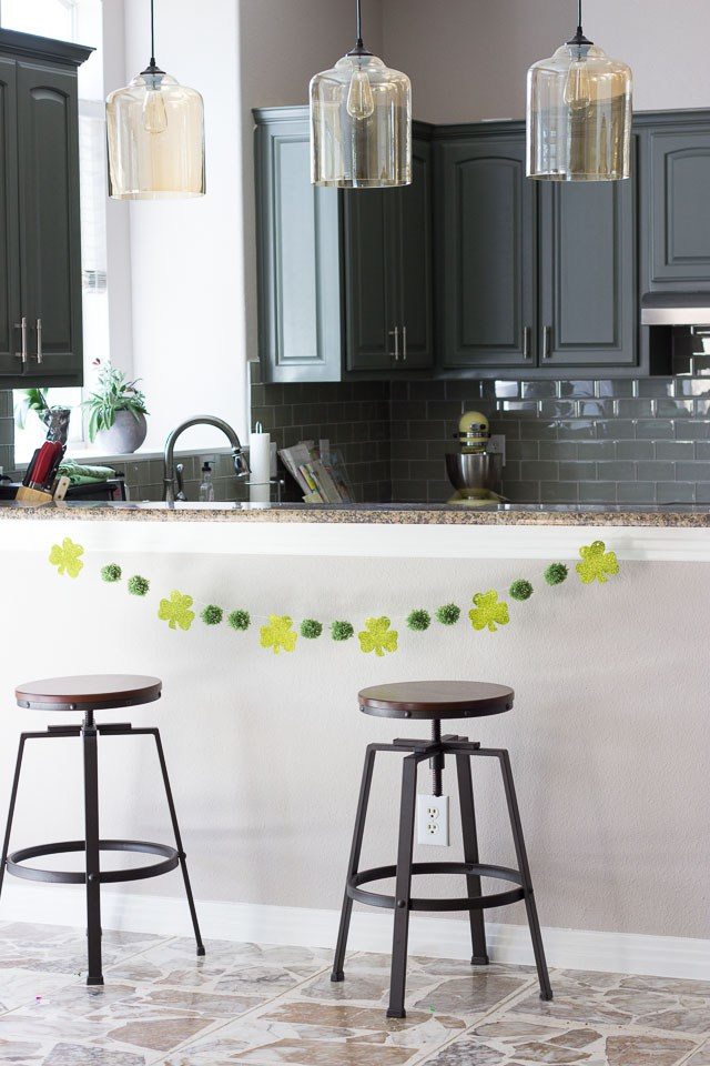 Coastal Decor DIY 8 St. Patrick's Day Decor Ideas - St. Patrick's Day Shamrock Garland #DIY #DecorDIY #StPatsDecor #StPatricksDay #CoastalDecor