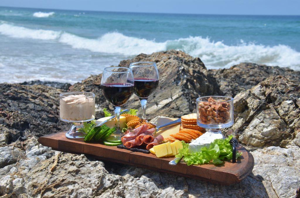 8 Things You Need For A Perfect Dinner on the Beach #beachnight #beachevening #beachdinner #beachparty #beachpicnic