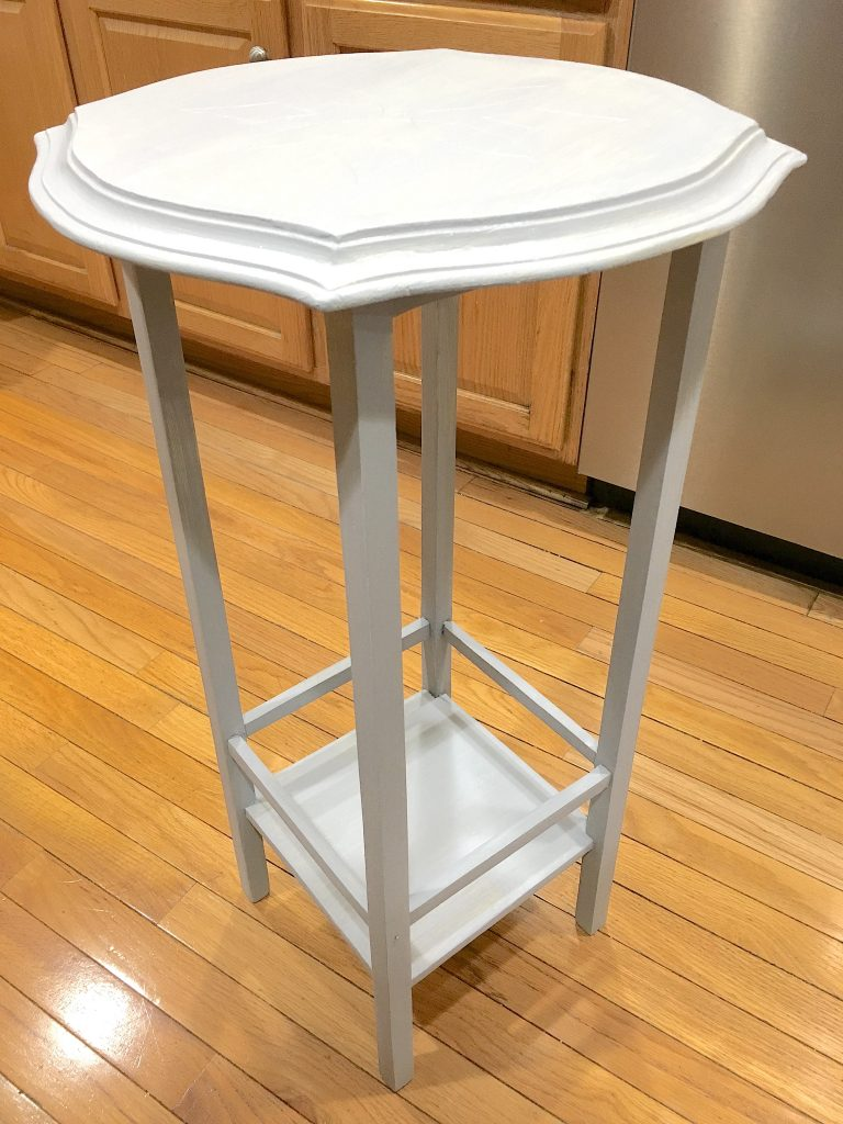 DIY: How to Refinish a Side Table with Chalk Paint #chalkpaint #DIY #refinishing #salvage #makeover