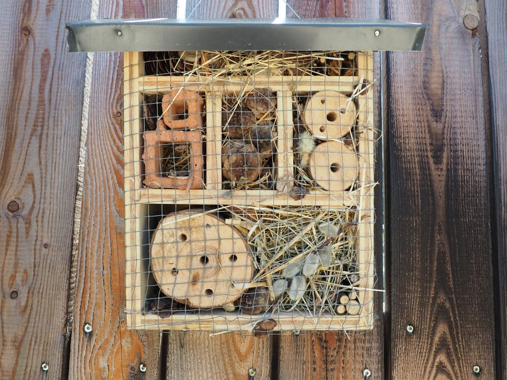 How to Build Bee Hotels for Solitary Bees Bee Hotel With Metal Roof #Wildlife #HabitatforWildlife #BeneficialWildlife #SaveTheBees #BeeFriendly #BeeHotels #HomeForBees #NativePlants #BeneficialPollinators