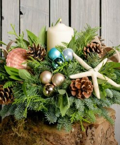 28 Christmas Centerpieces to Welcome House Guests Nautical Centerpiece Pillar #Gifts #Centerpiece #ChristmasCenterpiece #Christmas #Decor #ChristmasEvergreens