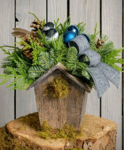 28 Christmas Centerpieces to Welcome House Guests Noble Nest #Gifts #Centerpiece #ChristmasCenterpiece #Christmas #Decor #ChristmasEvergreens