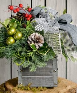 28 Christmas Centerpieces to Welcome House Guests Vintage Silver #Gifts #Centerpiece #ChristmasCenterpiece #Christmas #Decor #ChristmasEvergreens