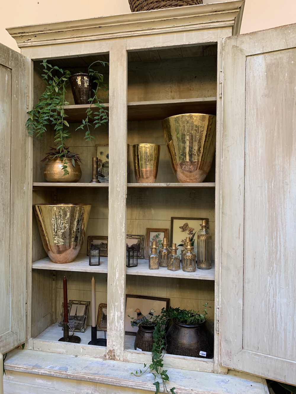7 Things to do at Petersham Nurseries Petersham Homewares in Bookshelf #PetershamNurseries #Garden #GardenTools #GardenSupplies #Gardening #HomeDecor #GardenDecor #London #CoventGarden