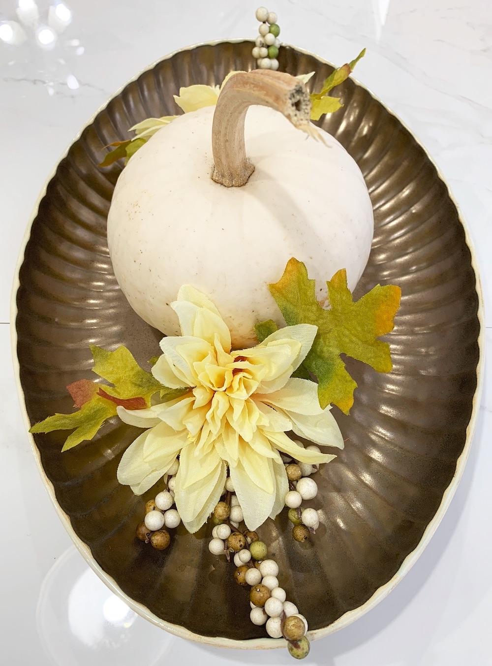 Autumn Dinner Table Ideas Casper Pumpkin with Chrysanthemum Centerpiece #DIY #DIYDecor #ThanksgivingCenterpiece #FallCenterpiece #FallDecor #Thanksgiving #ThanksgivingTable #Centerpiece #AutumnCenterpiece