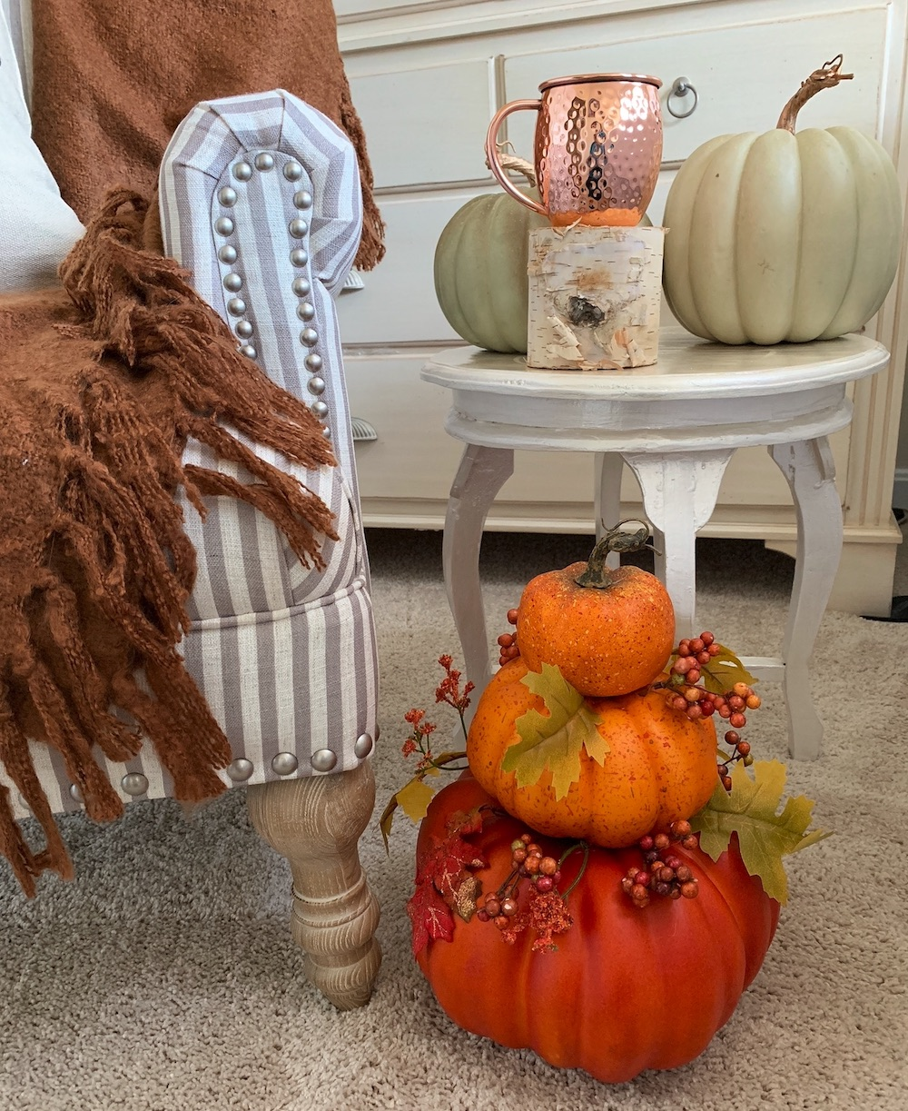 Fall Styling Ideas Side Table with Pumpkin Decor #DIY #DIYDecor #AutumnDecor #FallDecor #AutumnDecorDIY