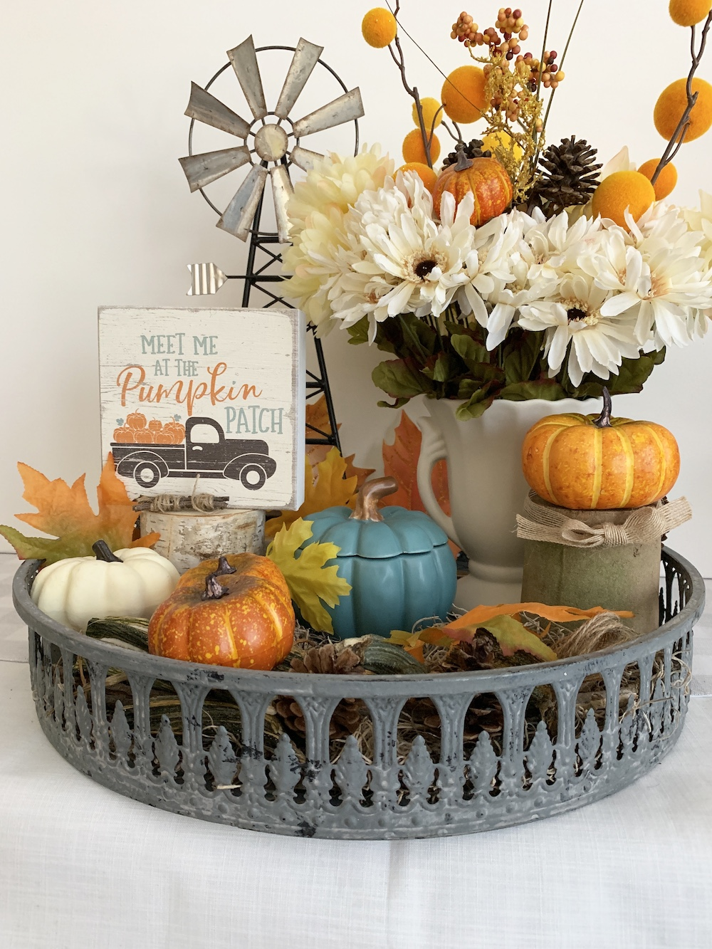 Decor Styling Ideas Pumpkin Filled Rustic Tray #DIY #DIYDecor #AutumnDecor #FallDecor #AutumnDecorDIY