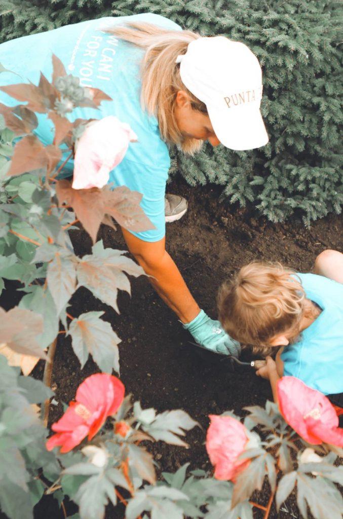 Garden Bed Cleaning #SpringGarden #Gardening #SpringCleaning #SprngGardenCleaning #SpringChores #BenefitsofGardening #GardenWorkOut