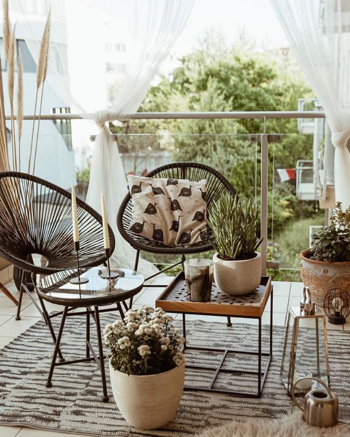 Create an After Hours Work Space #Balcony #BalconyDecor #BalconyDecorIdeas #CoastalBalcony #HomeDecor #AtHomeontheBalcony #HomeDecorTips #BalconyHome