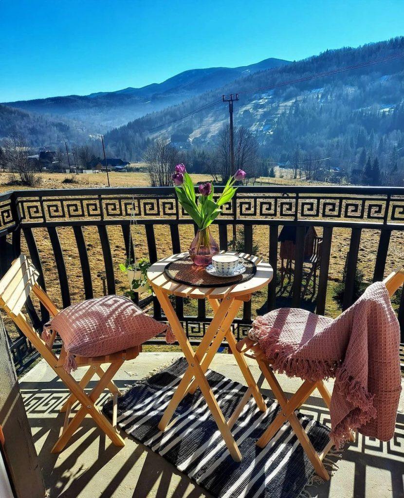 Balcony Decor Ideas Soak in the Sun #Balcony #BalconyDecor #BalconyDecorIdeas #CoastalBalcony #HomeDecor #AtHomeontheBalcony #HomeDecorTips #BalconyHome