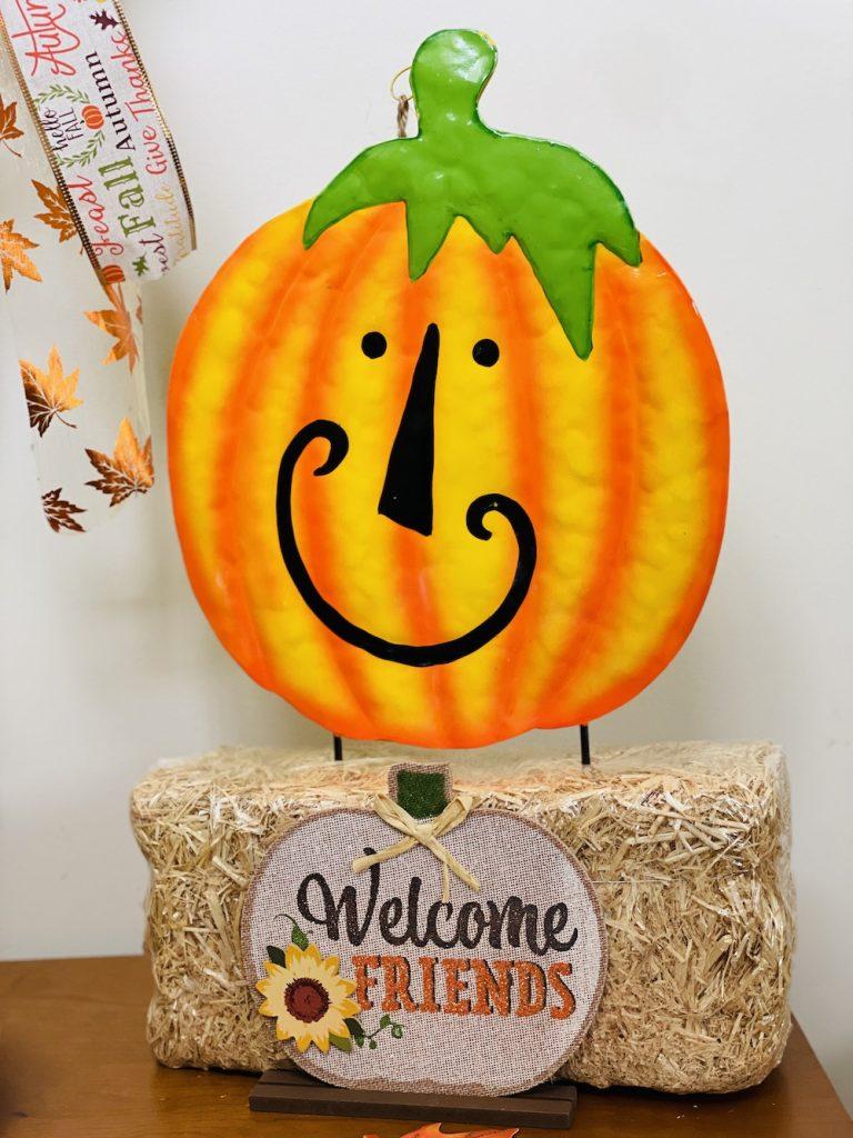 Fall Tabletop Pumpkin Smiles_1698 #Fall #Entryway #FallEntryway #FallDecor #HomeDecor #AutumnDecor
