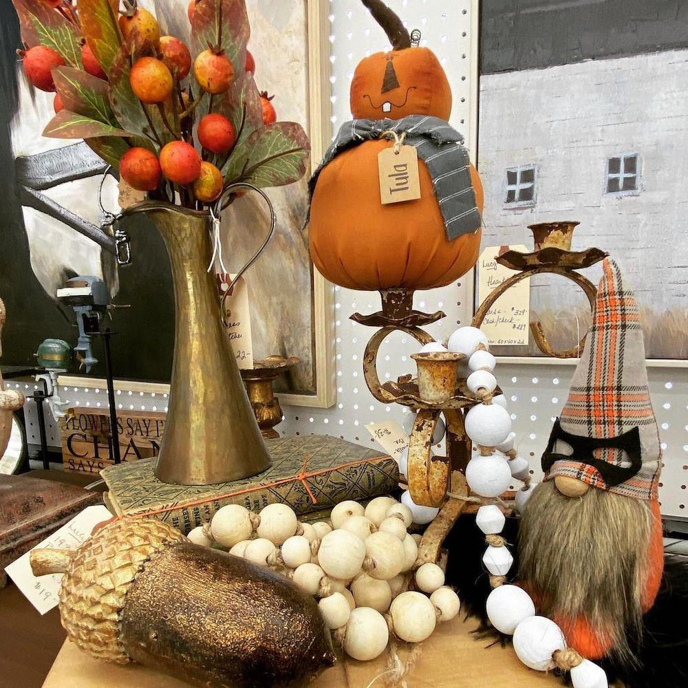 Fall vignette styling ideas Inspo 1  #Fall #FallVignettes #FallDecor #FallTableStyling #HomeDecor #AutumnDecor