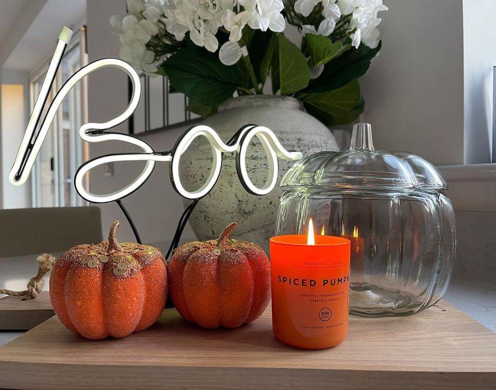 Fall vignette styling ideas Inspo 14 #Fall #FallVignettes #FallDecor #FallTableStyling #HomeDecor #AutumnDecor