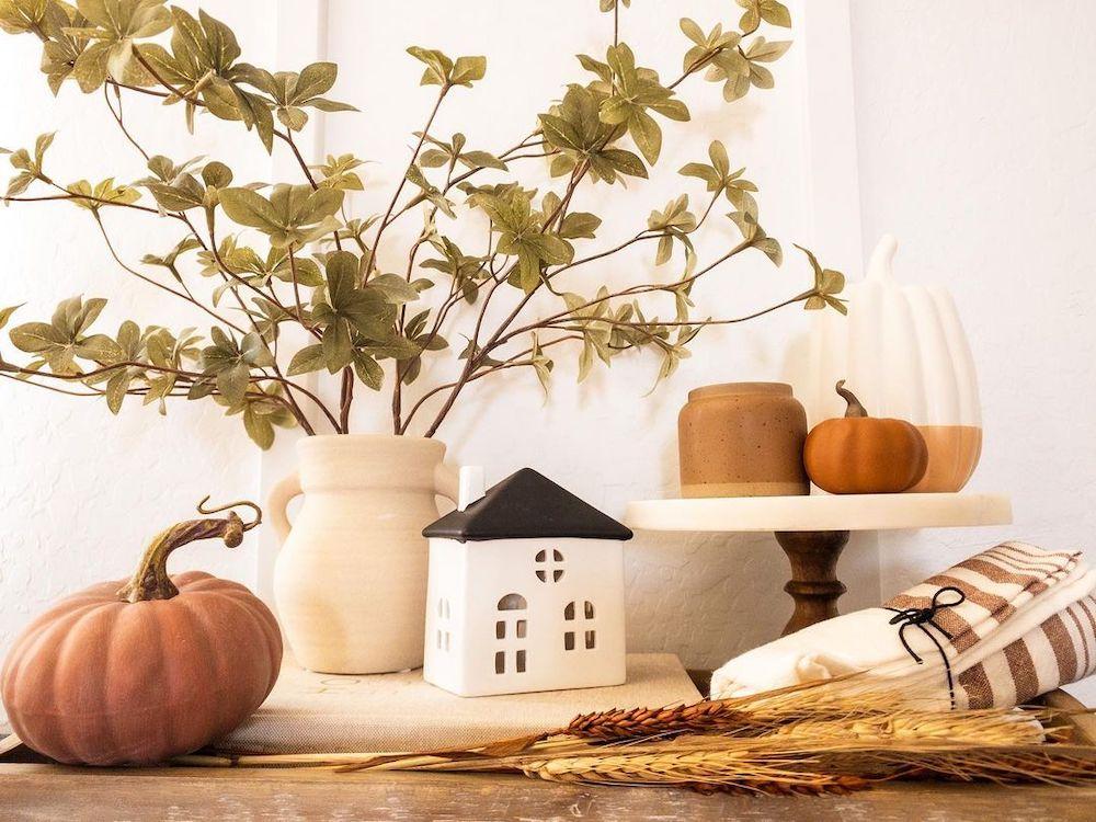 Fall vignette styling ideas Inspo 21 #Fall #FallVignettes #FallDecor #FallTableStyling #HomeDecor #AutumnDecor
